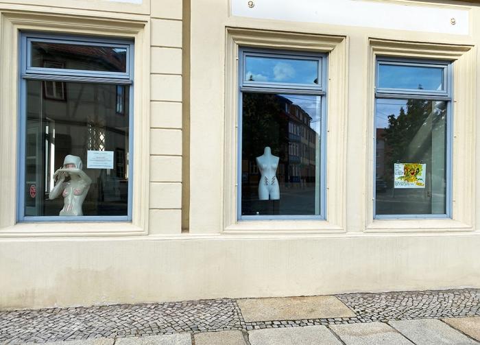 Hinter Glas - Behind Glas 2020 by ilka Leukefeld